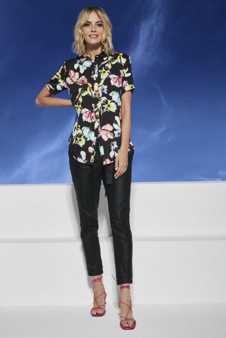 koszula z tkaniny z wielokolorowym wzorem kwiatowym na czarnym tle
