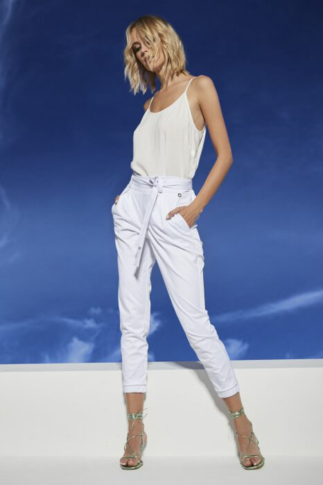 oryginalne białe spodnie damskie z fantazyjnym paskiem