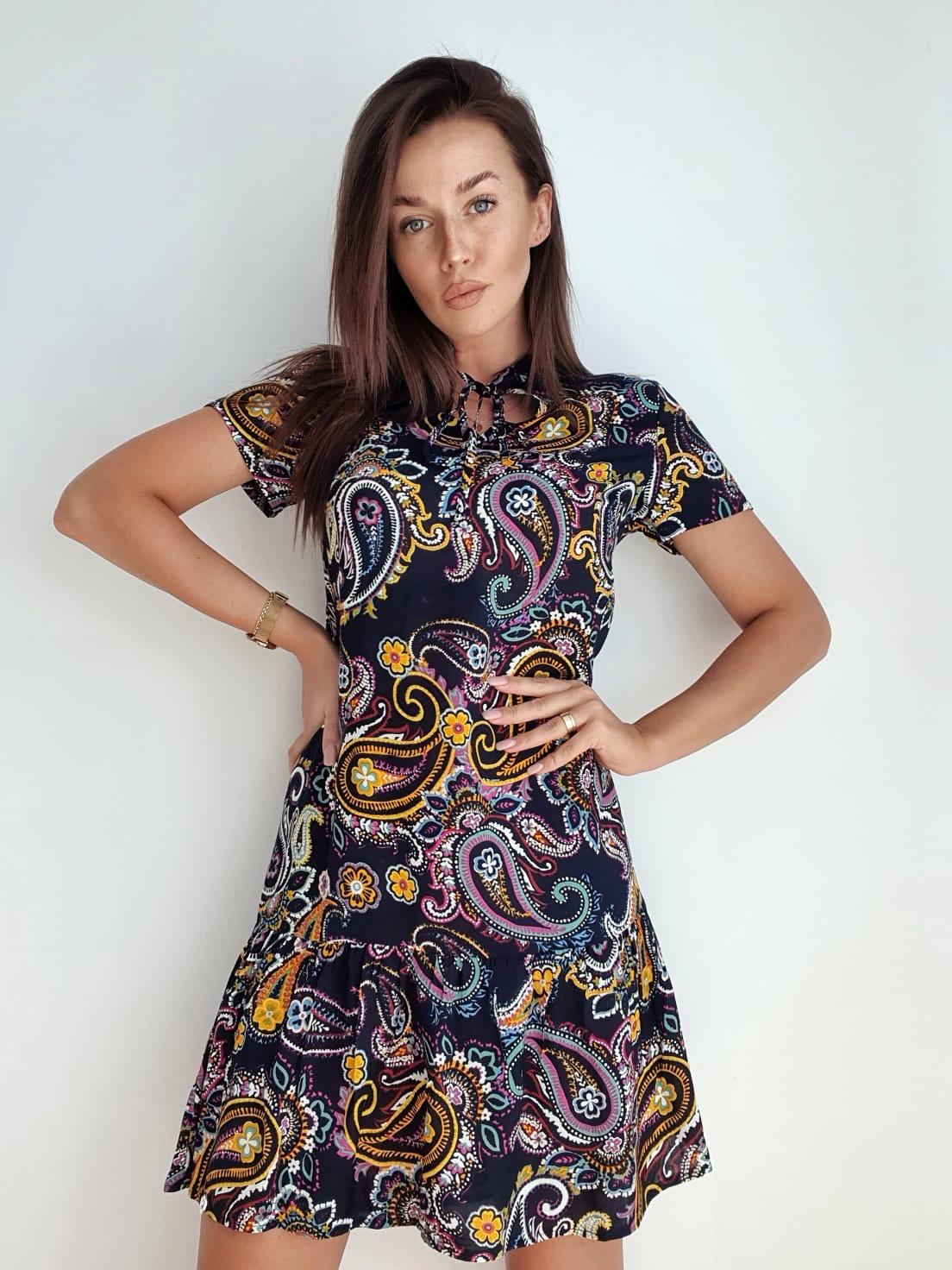 krótka sukienka z wzorem paisley