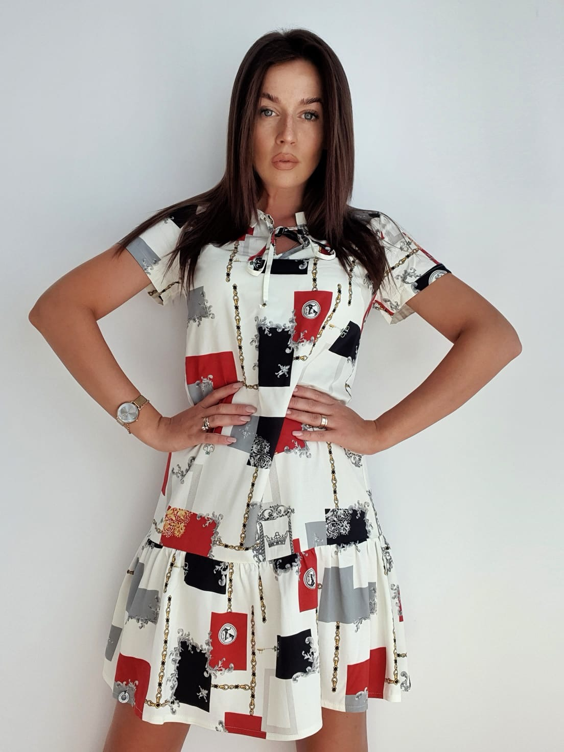 biała krótka sukienka w geometryczne wzory