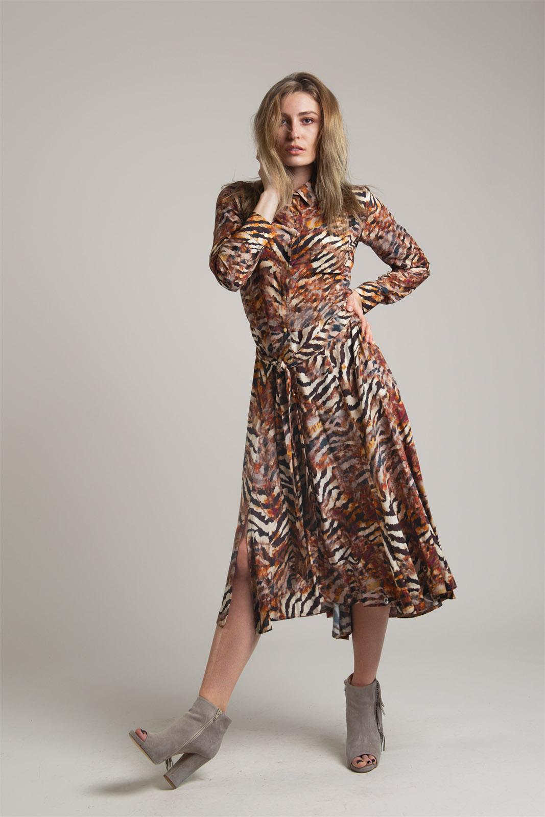brązowa sukienka ze zwierzęcym motywem na guziki