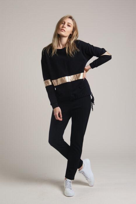 modna bluza damska z czarnej dzianiny z szeroką poziomą złotą wstawką