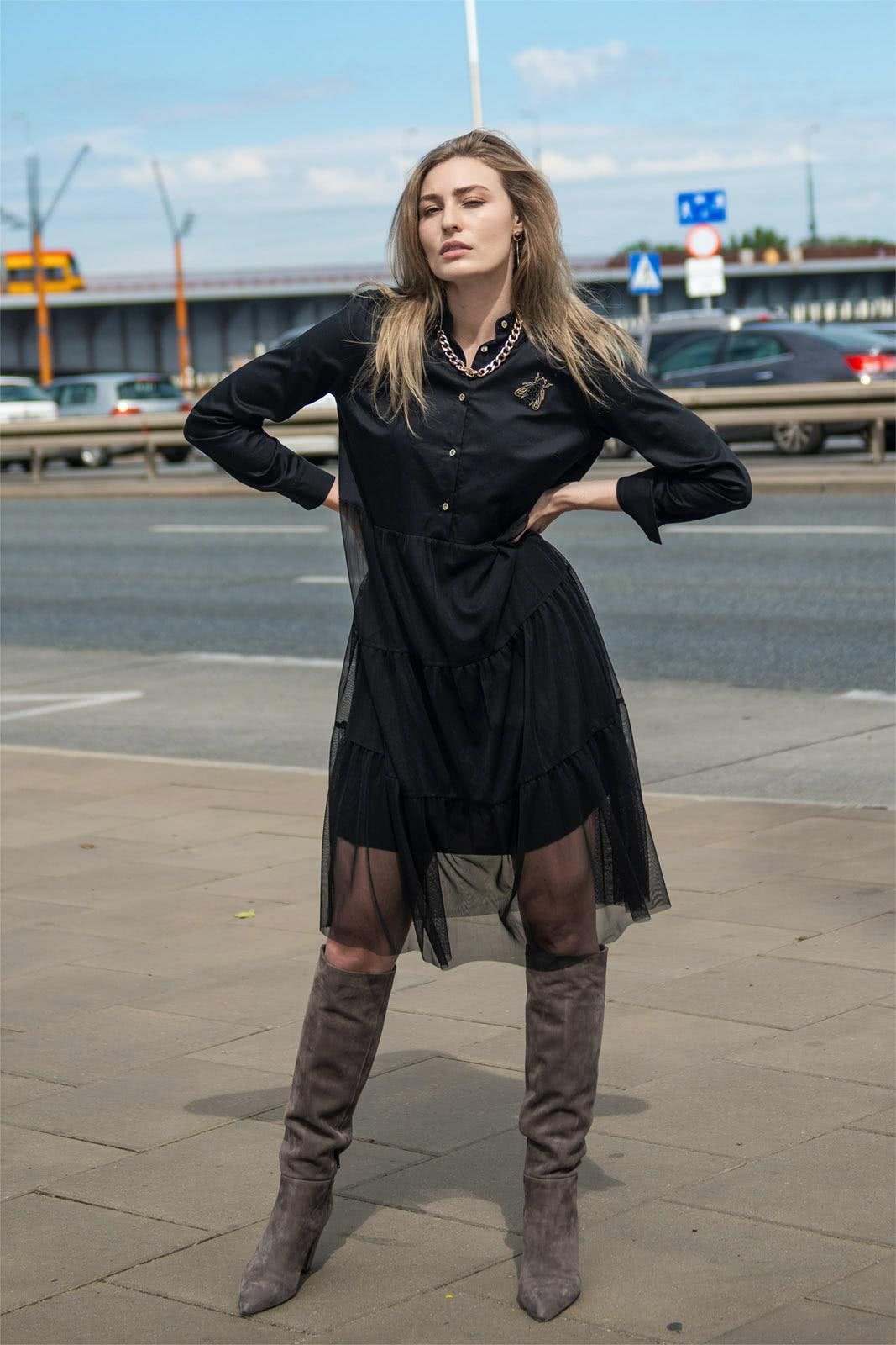 oryginalna czarna sukienka na guziki z tiulem na dole