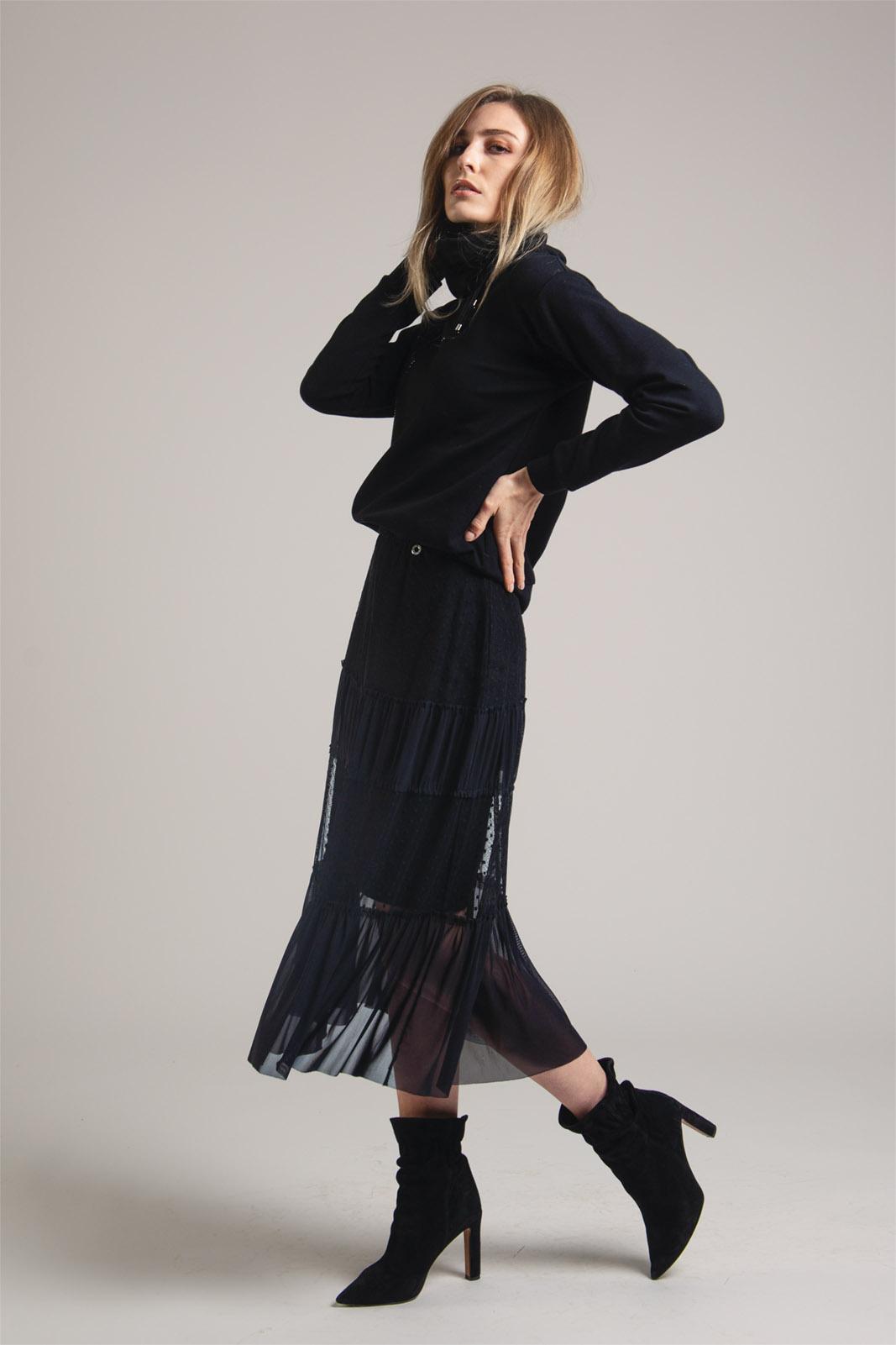 długa czarna spódnica lekko rozkloszowana z falbanami z tiulu