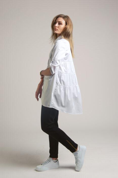 długa biała koszula damska z rozkloszowanym marszczonymi falbankami z tyłu